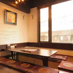 店内奥、窓側に並ぶ掘りごたつ席は4名席が1卓/6名席が1卓でご用意♪中華料理のお店では珍しい座敷タイプのお席は、靴を脱いで上がる分リラックス感もたっぷり♪小さいお子様連れのお客様にもご好評をいただいております。