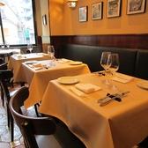 2階はイタリアの町中にあるお店を思わせるシックなレストランフロア。ここで楽しむシェフおまかせコースは格別。その日の食材に合わせてシェフが組み立て、腕を振るいます。苦手な食材など、お気軽にご相談ください。銀座/イタリアン/ディナー/ワイン/貸切/宴会