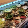 ビュッフェコーナーには蟹だけではなく一品料理も。サラダ、こだわりの天麩羅、お寿司など人気メニューもご用意しております。