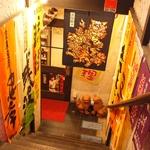地下に下って扉を開けば沖縄色の店内が広がります♪