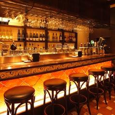 イタリアの街角にある人気店を思わせる1階カウンター席。雰囲気もお料理、ドリンクの美味しさもシチリアそのもの!日本ではまだ数少ないイタリア シチリア料理専門店。ピンクの石壁の4階建て。陶器職人が手書きした看板、床のタイルから食器までシェフ吉澤とマネージャーの高橋がシチリア各地で見つけたこだわりが満載!