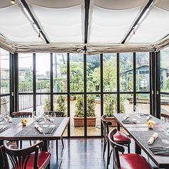 フィオーレの森の中庭を眺めながらゆっくりお食事を楽しめる完全室内のテラス席。大きな窓ガラスに囲まれた半個室にもなるテラス席は最大8名様までご利用いただけます。