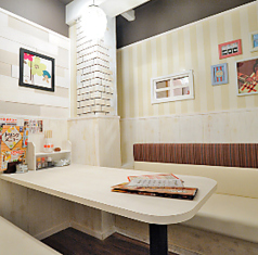 白を基調とした、お店の中にまた別の建物があるようなユニークな女子会ルームは最大6名様までのテーブル個室。女性のお客様限定の特別室となっております。