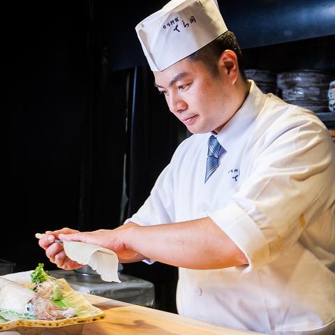 春吉橋たもとにある『てら岡春駒店』は中洲の夜景が一望できる宴会場と個室が数々。