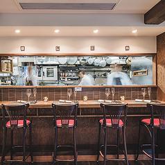 オープンキッチンのカウンターは、シェフ達のライブ感あふれるパフォーマンスを目の前で楽しめる特等席。お1人様でもお気軽にお立ち寄りください。