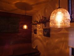 おしゃれな雑貨、ロマンチックなライトとキャンドルで飾られた店内は、まるでヨーロッパにあるかわいいワイン酒場のよう♪
