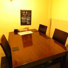 奥のテーブルはモダンなデザイン。