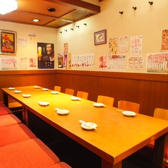 お座敷は最大人数26名まで可能です。ひと席に6名掛けで4テーブルに分割できます。団体様用にセッティングさせていただいておりますが、ご予約の際にご相談くださいませ。