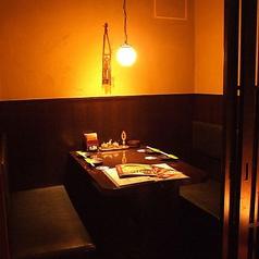 少人数での宴会やちょっとした飲み会に!2~4名様用のテーブル席です。半個室ながらしっかりとプライベート空間を確保しており、普段使いから女子会など、幅広いシーンでご利用いただけます。ホームのような安心感でお食事をご堪能いただける人気の席。席のみ、コースを付随してのご予約など、お気軽にご利用いただけます。