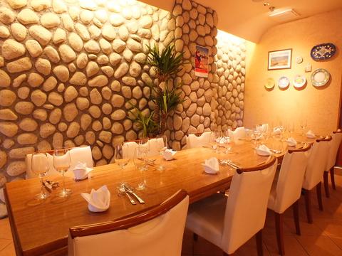 石畳の壁を使ったデザイナー施工の個室有。各種宴会や記念日にご利用いただけます。