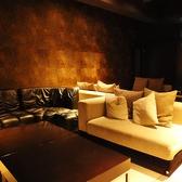 快適なソファーに立地なテーブル◎ラグジュアリー空間をご提供