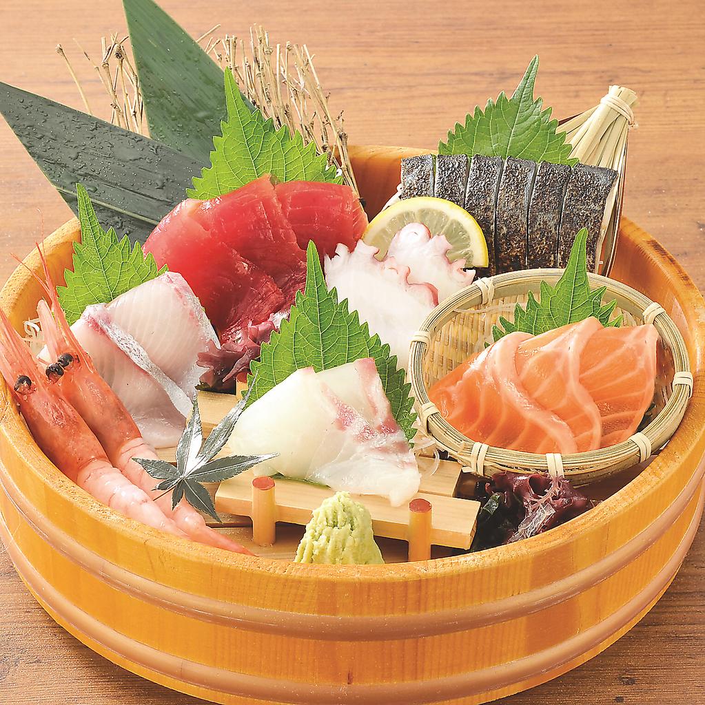 串焼きや新鮮な鮮魚を使った料理など、料理もドリンクも種類豊富に取り揃え♪