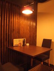 2名掛けのテーブル席もございます♪落ち着いた雰囲気ながらも、明るい店内の雰囲気も借りながら、ゆったりおくつろぎください!