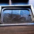 玉石板で焼く新スタイルのサムギョプサル♪一番おいしい状態で召し上がっていただきたいため、調理はスタッフにお任せ下さい♪