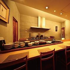 落ち着いて大人な雰囲気漂う店内。目の前で料理人の料理姿を見られて、デートにおススメのお席です。
