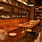 ワインが壁一面に並ぶ奥のテーブル席。