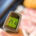 肉が一番おいしく熟れる温度が250℃!高温でサクッとジューシーに焼くのがポイント♪スタッフはこの温度を見逃さない!