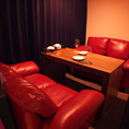 4名様用のゆったり座れるソファーの半個室席☆VIPな気分♪赤いソファーがかわいい★