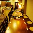大人数でもご利用頂けるテーブル席。職人の調理風景も楽しめます。