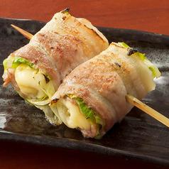 料理メニュー写真豚バラのレタスチーズ巻き串[塩・たれ]