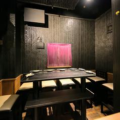 【1階半個室席】1F奥にある、特別な空間をご提供。壁紙の色からテーブルの高さまでこだわりました。