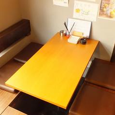 4名様用のテーブル席は友人との急な集まりなどのご利用に最適です。飲んで食べて語らい、ごゆっくりお楽しみ下さい!