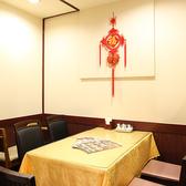 【テーブル席】1階奥の小上がりの階段を登った場所に4名様掛けのテーブル席をご用意しております。ご家族・ご友人とのお食事にどうぞ。(横浜中華街 食べ放題 個室)