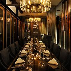 ■シャンデリアが輝く高級感あふれる空間■重厚なテーブルや高級感のあるソファ、ゴールドに輝くシャンデリアなど、オーナーがセレクトするインテリアに囲まれながら、旬を取り入れた素材重視のイタリアンを。
