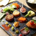 名物の手織り寿司は見た目の鮮やかさはもちろん、自分のオリジナルで味のバリエーションも楽しめる遊び心☆家族はもちろん、カップル、宴会などでも充分楽しんで頂ける一品となっております。四季折々の旬菜を使ったお料理は毎月変わるお薦めメニューからお選び頂けます。