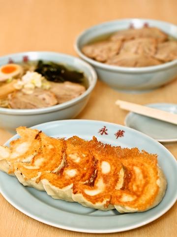 もっちりとして大ぶりの佐野餃子&青竹打の平打ちちぢれ麺のラーメンのお店。
