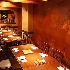 【16~20名様用テーブル半個室】こちらは会社の宴会に最適なテーブル個室席です!14名様から18名様用のお席となっており、落ち着いた雰囲気でゆっくりとお食事頂けます。こちらは壁と扉で仕切られた完全個室席となっております。宴会・接待・合コン・女子会などでも人気のお席となっております!【品川 居酒屋 個室】