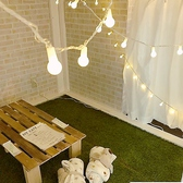 【1F と2Fに各個室あり】店内は靴を脱いで、芝生が敷かれた個室でお寛ぎいただけます。カーテンで仕切られた個室はシーンに合わせてご利用可能です