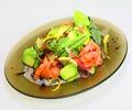 料理メニュー写真アボカドとサーモンのイタリアンサラダ