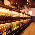 壁はもちろん!カウンターの下までびっしり並んだお酒の数は1000種類以上☆