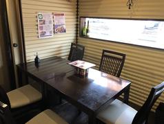人気の個室、喫煙可能です。最大35人までのワンフロアになっております。(テーブル10名様、酒樽テーブル20名様、個室5名様)