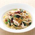 料理メニュー写真蒸し鶏とほうれん草、松の実のペペロンチーノスパゲティ