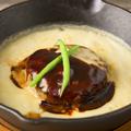 料理メニュー写真とろっとろチーズのスキレットハンバーグステーキ