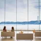 レストラン入り口前のフロントはガラス張りの大きな窓から瀬戸内の絶景をお愉しみいただけます。