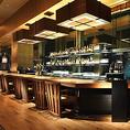 デートや2軒目利用にふらりと訪れたくなる、居心地のいいホテル・バー。落ち着いた照明で、ゆっくりと語らえるカウンター席です。