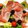 料理メニュー写真生ハムとパルミジャーノのサラダ