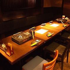 『土間土間』の看板的存在である完全個室。広々としたテーブルを中央に構えており、3~4名様のご予約を承っております。温かい間接照明や、日本ならではの和の空間が自慢のインテリア。少人数でのお食事会、特に会社仲間での飲み会におすすめです。周囲を気にすることなく、優雅なディナータイムをお過ごしいただけます。