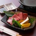 料理メニュー写真黒毛和牛三角バラと季節野菜の陶板焼き