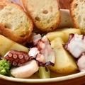 料理メニュー写真タコとポテトとブロッコリーのアヒージョ