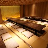 JR横浜駅 徒歩3分にある《鳥良 横浜西口店》へお越しください。ゆったりのんびりお寛ぎ頂けます人気の個室席を多数完備しております。こちらの掘りごたつお座敷は10名様~最大40名様までご利用頂けます。11名・13名・16名と3部屋でご利用もできます。白木造りと上品な和の色彩を取り入れた個室で、とても人気があります。