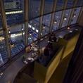 地上10階から、長野の駅前を見下ろせるお席です。夕刻、沈む日のグラデーションに照らされた街の模様はさながら、ディナータイムには暗くなった空に建物の光が映え、ムードも満点に♪皆様のお食事時を素敵に演出します。