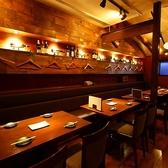 2階席は、片側ソファー席やテーブル席をご用意。1階とはまた違ったしっとりとした雰囲気を味わうことができます。
