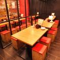 ◆4名様から12名様まで横一列でお食事をお楽しみいただけます。会社の部署宴会など中規模宴会にも大人気。アクセスのよい渋谷駅より徒歩5分と駅近好立地の居酒屋ですので、会社帰りのサク飲みチョイ飲みにご利用される方も多くいらっしゃいます。