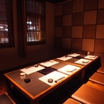 最大10名様までご利用いただける、入口すぐの掘りごたつ個室です。扉を閉めれば完全個室になりますが、窓があるため広々と感じられます。少し大人数での女子会や誕生日会などにぜひご利用ください☆(京都駅 居酒屋 和食 海鮮 日本酒 飲み放題 個室 接待 宴会 女子会 誕生日 記念日)