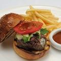 料理メニュー写真山形和牛ハンバーガー フレンチフライを添えて (1pc=120g)