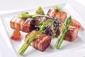 料理メニュー写真熟成ベーコンとアスパラガスのソテー 山葵と柚子胡椒